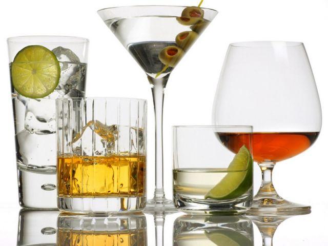 Повышает или понижает давление алкоголь